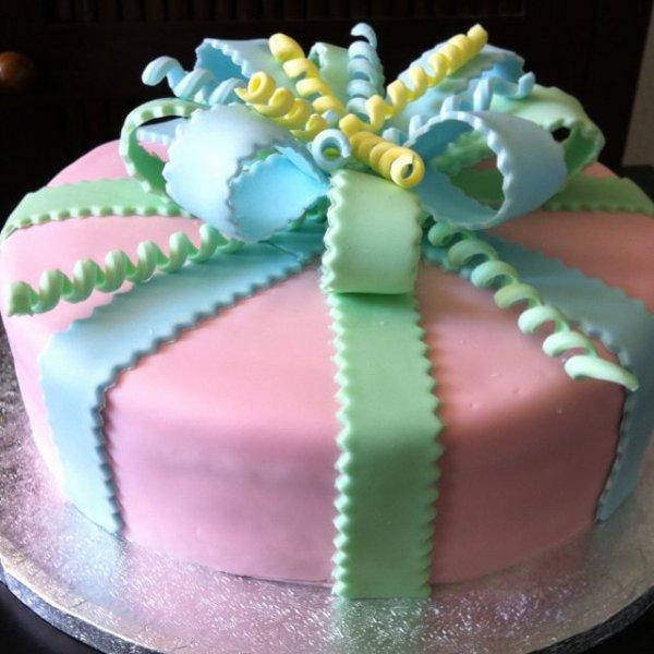 Gâteau boite de cadeau en pâte d'amande