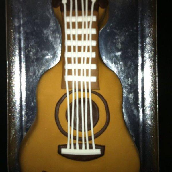 Gâteau au chocolat en forme de guitare