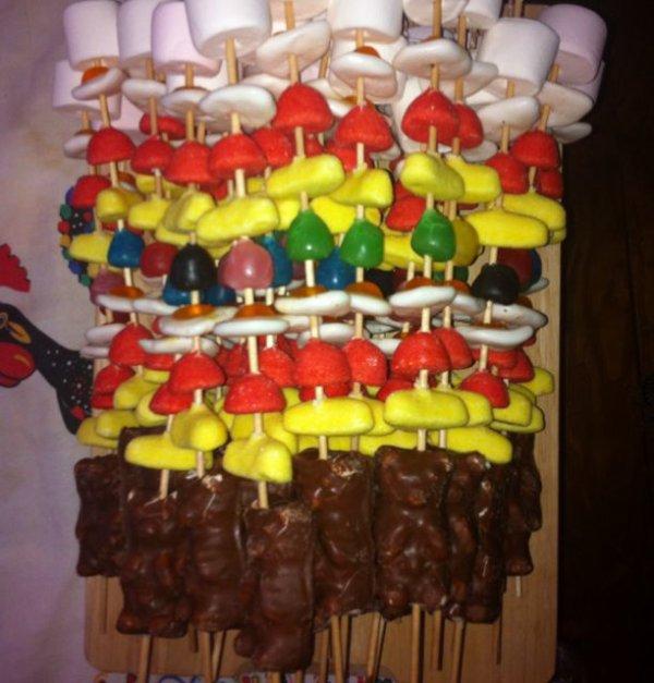Brochette de bonbons : ourson guimauve, fraise tagada, chamallow, dragibus, banane