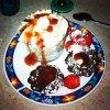 Moelleux au chocolat, creme chantilly, coulis de fraises, fraises, sauce au carambar