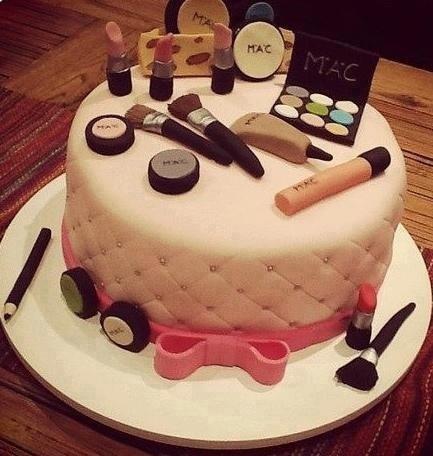 Gâteau en forme de palette de maquillage avec rouge à lèvres, pinceaux, et fards à paupières MAC