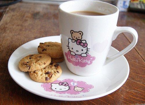 Cookies et lait au chocolat dans tasse hello kitty
