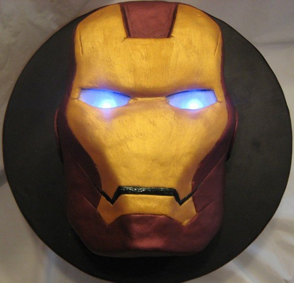 Gâteau Iron Man  (led bleu placé sous les yeux)