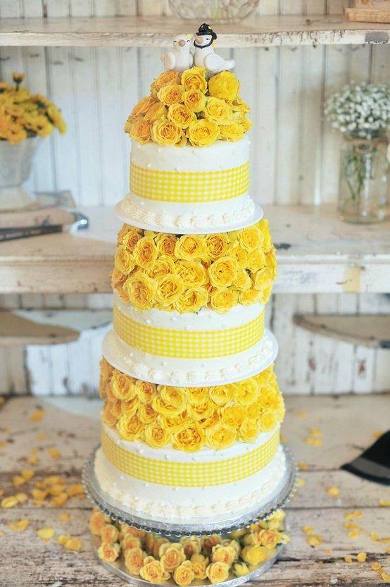 Gâteau de mariage et roses jaunes