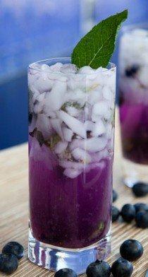 Sirop de violette glaçons et feuille de menthe