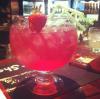 Délicieux granité aux fruits rouges garni d'une fraise