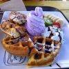 Gaufres au chocolat, glace violette, banane et kiwi