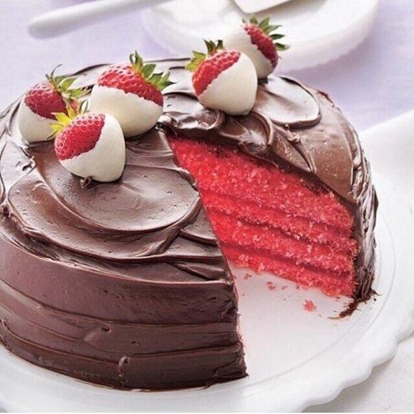 Gâteau chocolat fourré à la fraise framboise et fraise enrobées de chocolat blanc