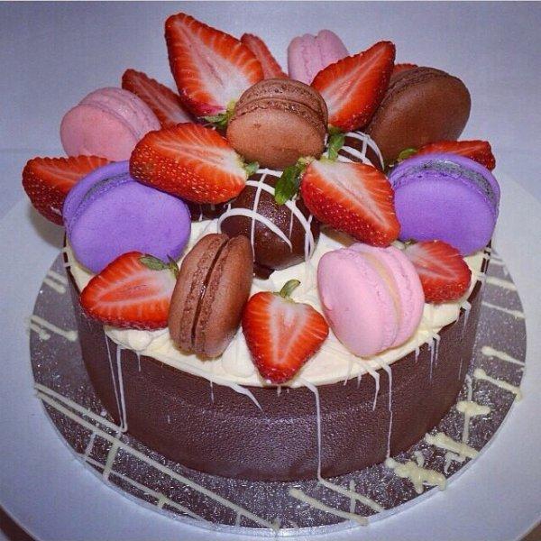 Gâteau macarons violet fraise et macaron chocolat