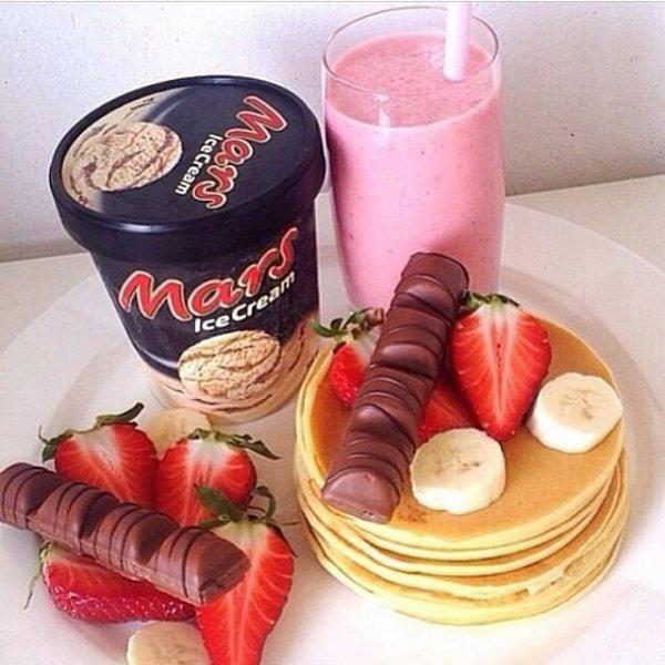 Pancakes kinder glace mars et smoothie fraise