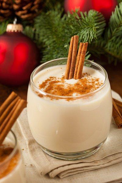 Lait chaud de Noel avec écorce de cannelle