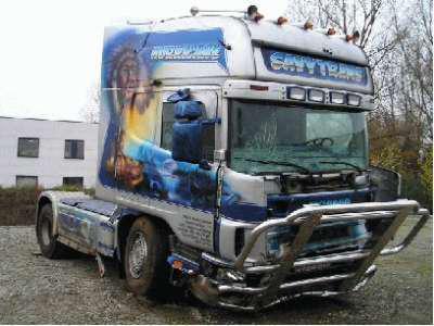 Accident de camion et interieur le scania v8 for Interieur camion scania