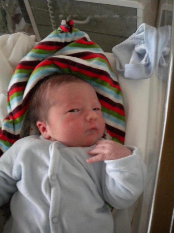Une photo de mon loulou a la maternité, sa fait rien bisard de revoir les photos, tu a tellement changer mon bébé d 'amour <3