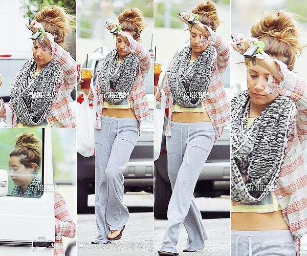 Le 24 Avril: Ashley aperçu allant chercher de quoi manger au Aroma Cafe à Studio City. Franchement je trouve que pour une tenue cocooning c'est pas mal, perso j'aime assez! Et vous?