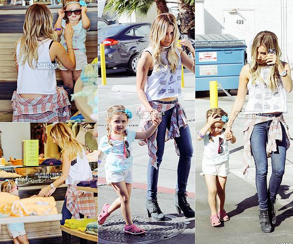 Le 20 Juin: Ashley a été vue faisant du shopping dans le magasin « Planet Blue » de Beverly Hills puis celui de Saks Fifth Avenue avec Mikayla et sa maman.