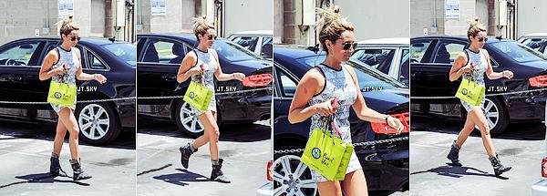 Le 17 Juillet: Ce matin, Ashley a été aperçue au téléphone tout en se dirigeant vers un bureau à Burbank @BlondieGirlProd, en Californie.