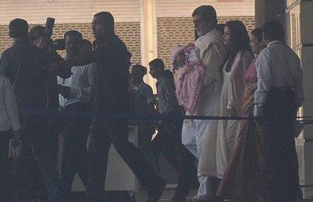 Aishwarya sortant de la maternité avec Amitabh tenant sa petite fille