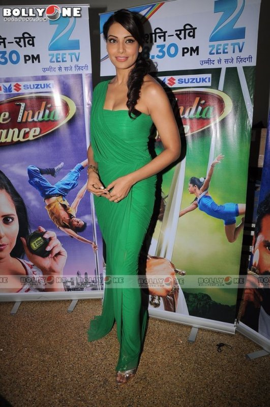 Bipasha Basu promote Jodi Breakers on Dance India Dance Sets