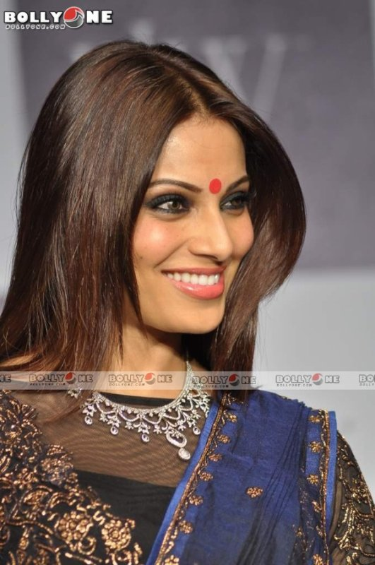 Bipasha Basu Walks the Ramp at IIJW: Gitanjali Gems