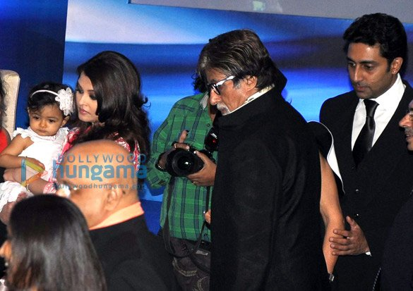 Aaradhya snapped with Aishwarya & family