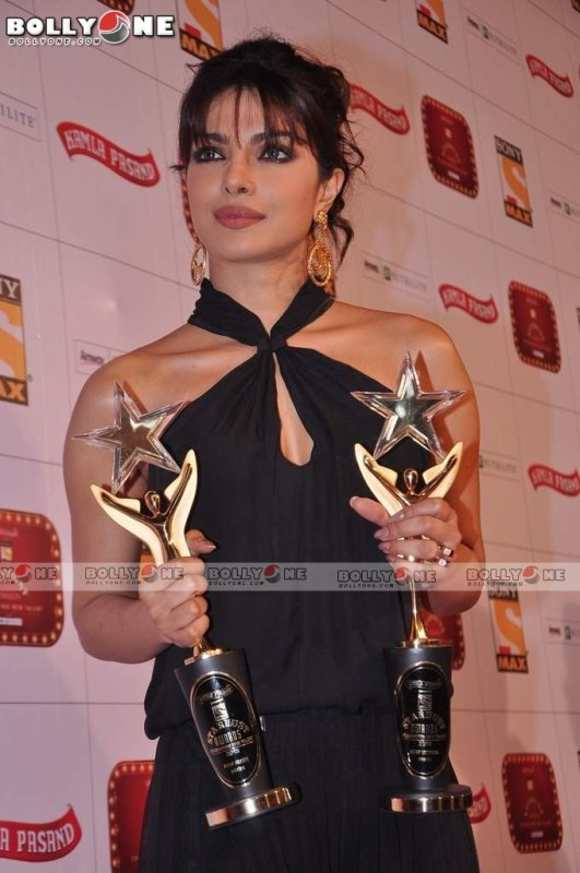 Priyanka Chopra Looks Smoking Hot at Stardust Awards 2013
