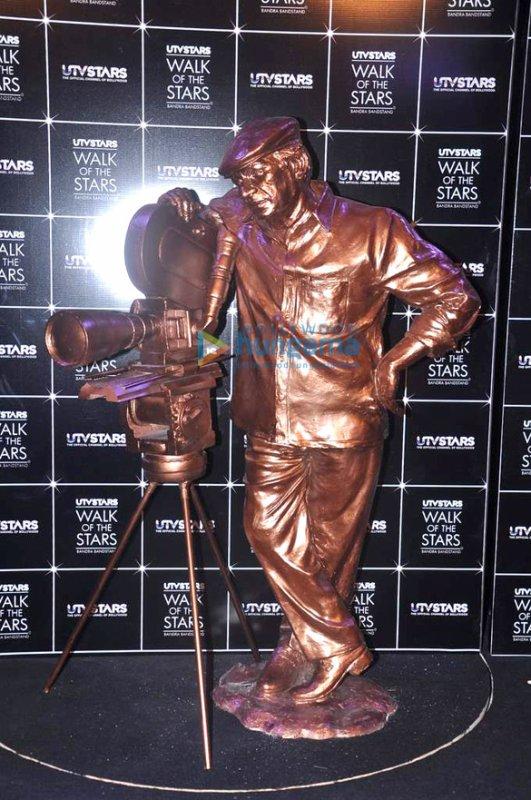 Rani Unveiling of Yash Chopra's statue at UTVSTARS'Walk of the Stars