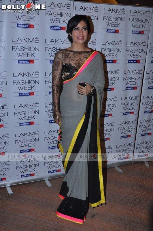 Kajol, Karisma Kapoor Walks Ramp for Manish Malhotra at the Lakme Fashion Week