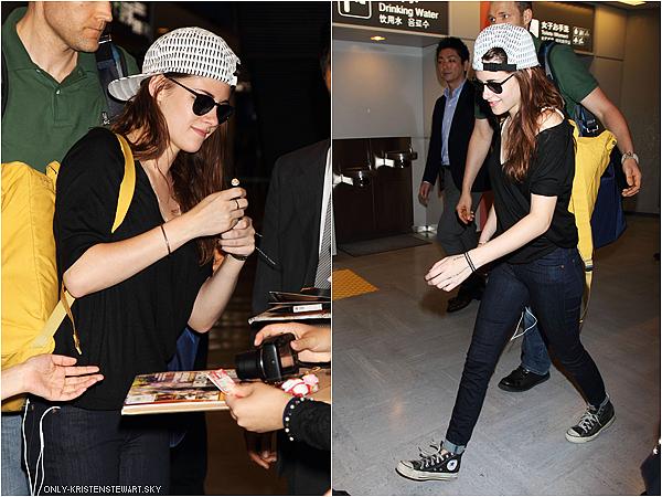 22.10.12 : Kristen (souriante) est arrivée à Tokyo et a été signée des autographes au fans Japonaises.