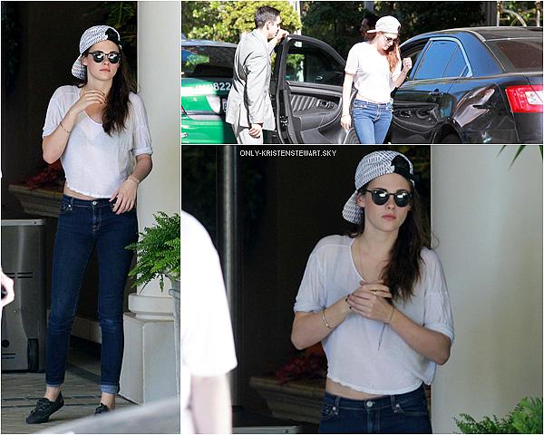 29.10.12 : Kristen a été vue en entrant dans un hôtel à Los Angeles pour des interviews.