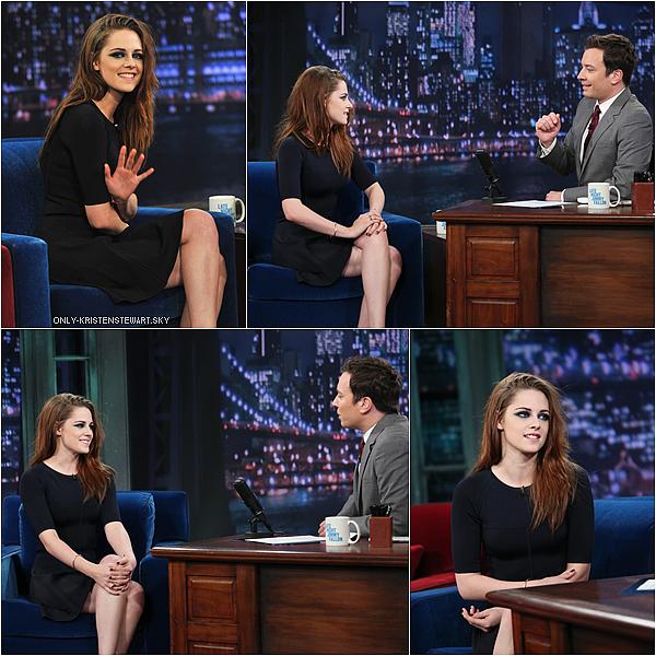 07.11.12 : Kristen était chez Jimmy Fallon Show à New York. Les cheveux lisses lui vont bien, un top.