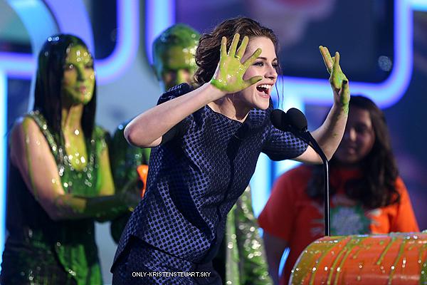 23.03.13 : Surprise, Kristen était au  Kids' Choice Awards 2013, j'adore sa coiffure c'est un Top :