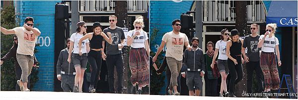 01.04.2013 : Juste parce que ça fait du bien de voir le couple en sortie avec leurs amis à Los Feliz.
