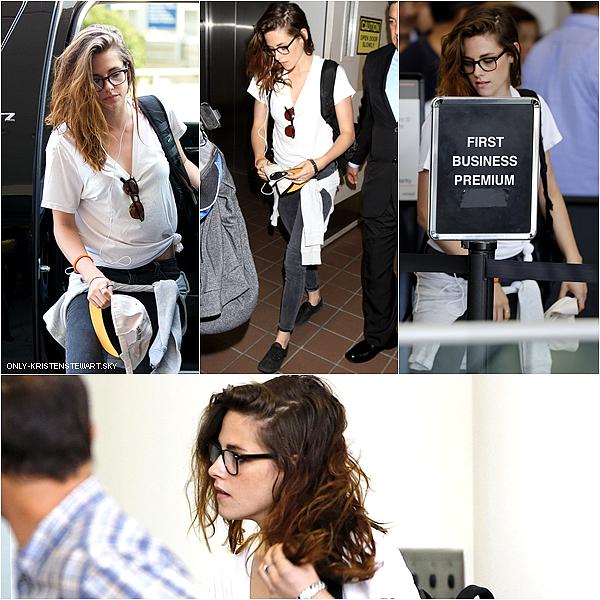 30.06.13 - Kristen a été aperçue dans l'aéroport de Los Angeles, des rumeurs disent qu'elle vas à Paris, pour la  (Fashion Week de Paris) qui se déroule du 01 juillet au  04 juillet 2013, affaire à suivre.