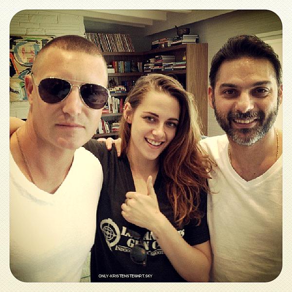 13.07.13 - Kristen a été aperçue avec son ami CJ, elle sortée des répétitons de Camp X-Ray :