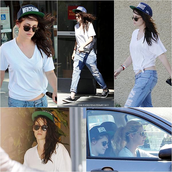 15.08.13 - Kristen a été apperçue devant une banque qu'elle quitter pour rejoindre son amie (Suzie)  : On remarque qu'elle a une nouvelle couleur de cheveux, je pense que c'est pour son prochain film (Sils Maria), le tournage commence en fin Août.