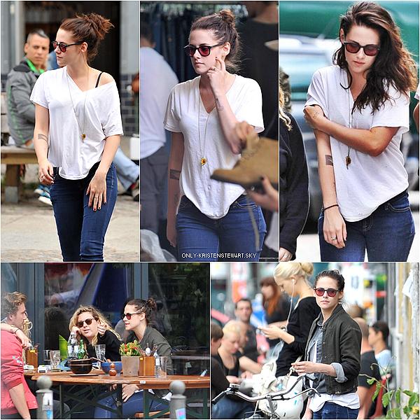 27.08.13 - Kristen a été aperçue avec des amis dans les rue de Berlin, (le chignon lui va très bien) :