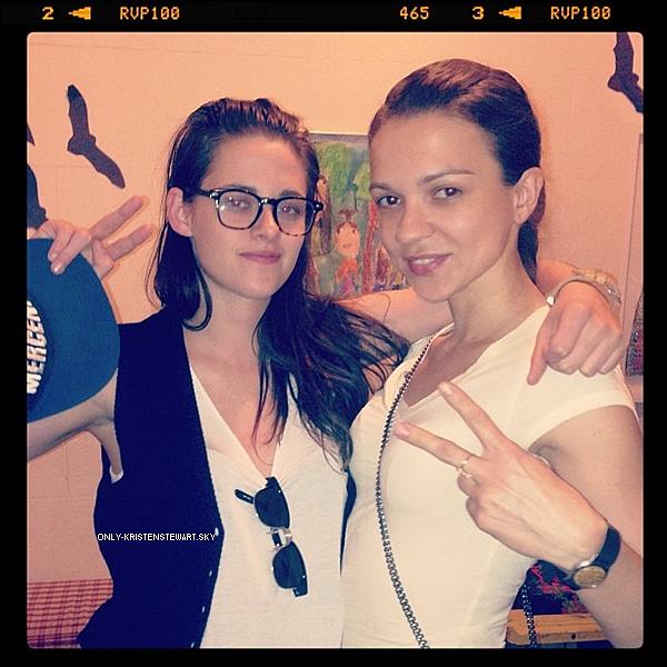 Voici une nouvelle photo de Kristen avec Olga Goister sur le tournage (Anesthesia) à New York :