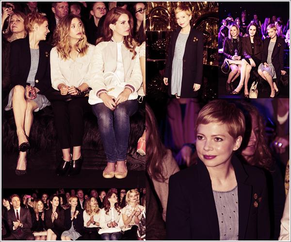 • • Apparition Publique // Après la France et l'Allemagne, Michelle est en Angleterre : elle était au défilé de mode organisé par Mulberry pendant la Fashion Week à Londres. La blonde profite de ce moment de répit loin d'Hollywood où l'attendent ce week-end les Oscars. Elle portait une jolie robe bleue et un manteau tous deux de la collection Automne et Hiver 2012 de Mulberry. Les lèvres et les ongles rouges, avec son regard malicieux, l'ex-compagne d'Heath Ledger était accompagnée des actrices anglaises Laura Carmichael et Michelle Dockery de la série Downton Abbey. Qu'en pensez-vous ?
