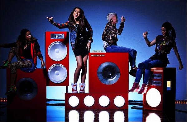 """. Découvrez deux stills du clip de Zendaya & Bella - """"Contagious Love"""". J'ai vraiment hâte de découvrir le clip! ."""