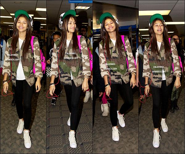 . 3 novembre ; Zendaya et le groupe du Swag it Out Tour étaient à l'aéroport de Los Angeles.  Top ou flop pour Miss Zendaya? .