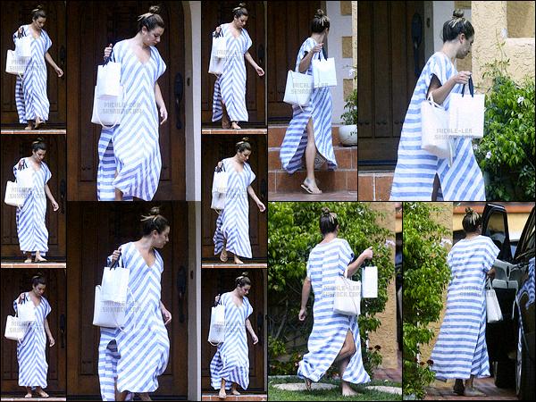 """. -""""02.08.17""""--""""─""""-Sans make-up, Lea Michele a été vue lorsqu'elle quittait la maison d'une amie dans Los Angeles ! C'est dans une longue tunique à motif qu'elle quittait ce domicile, visiblement la jeune femme n'avait pas envie de montrer son beau visage naturel. ."""