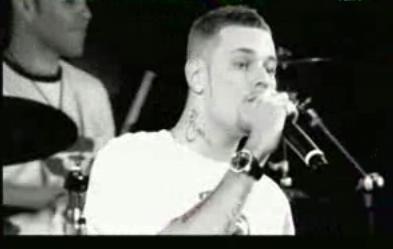 Matt Pokora en chantant