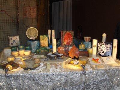 Céramiques artisanales: grès et raku.