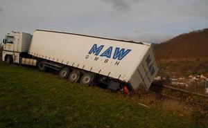 684035529af Le camion menace de tomber sur la RN 59 - Accident de la route