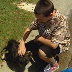 Un petit garçon récolte des fonds pour sauver la vie d'un chien malade