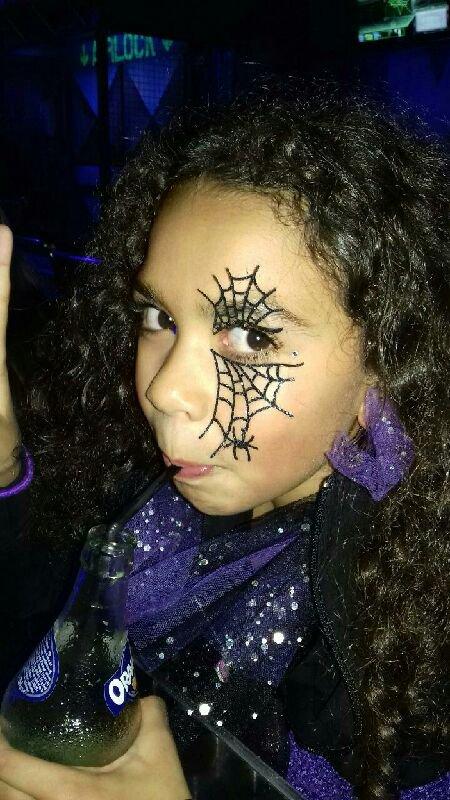 Mes deux petites filles dans leur déguisement d'Halloween fait main par maman....elles sont magnifiques....