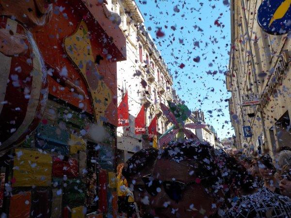 Carnaval de Besançon, avril 2017 !!! suite ...et, là:nous allons essuyer une pluie de confettis !