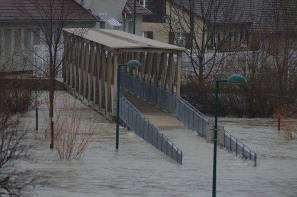 Nous sommes en alerte inondations depuis quelques jours....voici quelques photos....j'habite rue Berlioz donc pas loin du centre pour jeunes Berlioz, pour vous donner une idée.....ouf aujourd'hui il n'a pas plu ce qui nous a donné un peu de répit, on peut encore traverser le pont car ma ville est coupé en deux par des ponts et on n'a pas le choix tout ce qui est le plus important se trouve de l'autre côté des ponts car la rivière du Doubs traverse complètement la ville de Pontarlier.