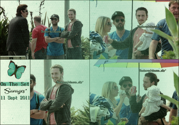"""_ On The Set_ 14 Sept 2011 ►  Aaron Johnson  était en plein tournage sur le plateau de son nouveau film """"Savages. On le voit notamment avec sa femme et sa petite fille dans ses bras. L'homme en rouge sur la photo de gauche est John Travolta"""