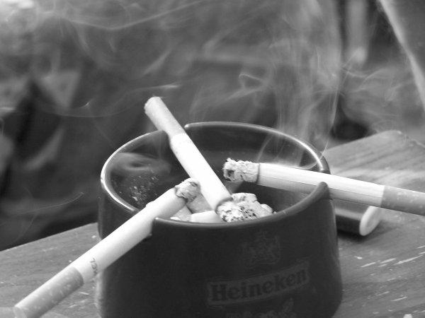 Cigarette sur cigarette, ainsi passe le temps
